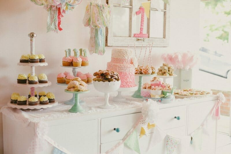 Simply Sweet & full of Pink | Finley's 1st Birthday | first birthday party ideas | girl first birthday party | 1st birthday party decor | first birthday cake | birthday treat table || JennyCookies.com