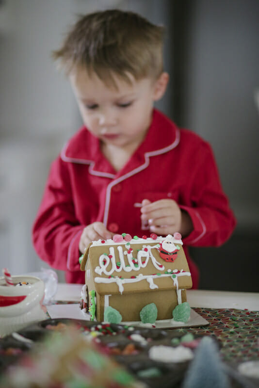How to Host a Children's Gingerbread House Decorating Party | gingerbread house ideas | Christmas party ideas | kids Christmas party ideas | fun Christmas party ideas | gingerbread house decorating tips || JennyCookies.com #GingerbreadHouse #gingerbread #holidayparty #jennycookies