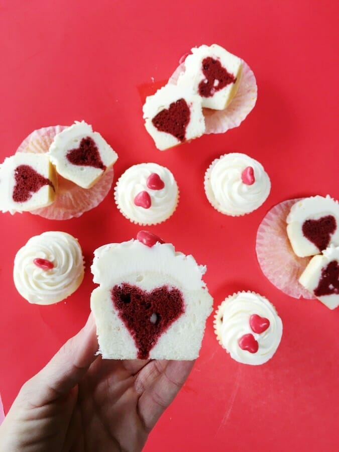 How to Bake a Heart Inside a Cupcake | heart cupcake tutorial | heart cupcake recipes | Valentine's Day cupcake recipes | easy cupcake tutorials | heart inspired dessert recipes || JennyCookies.com #heartcupcakes #valentinesday #caketips #jennycookies