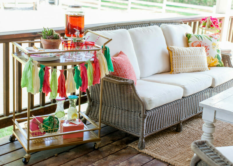 How to Host a Porch Party | outdoor party ideas | outdoor party tips | how to host an outdoor party | summer party tips | summer party ideas | fun outdoor parties for summer | hosting an outdoor party || JennyCookies.com