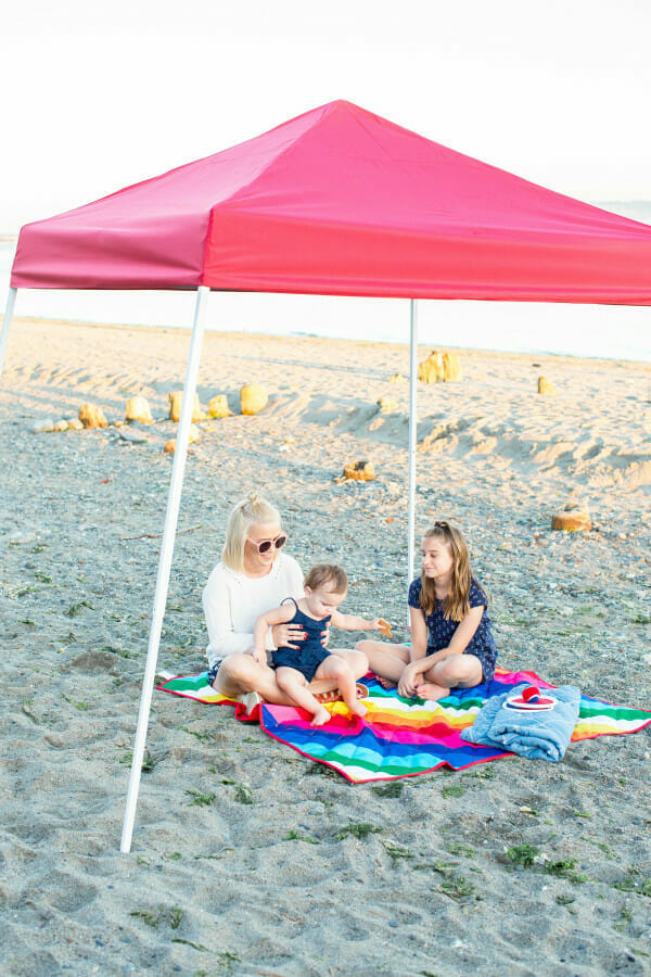 How to Throw a Beach Tailgate Party | hosting a beach party | party ideas for summer | beach party tips | hosting a beach party | tailgating on the beach | summer fun party ideas || JennyCookies.com #summer #summerparty #beach #beachparty #summerfun #familyfun