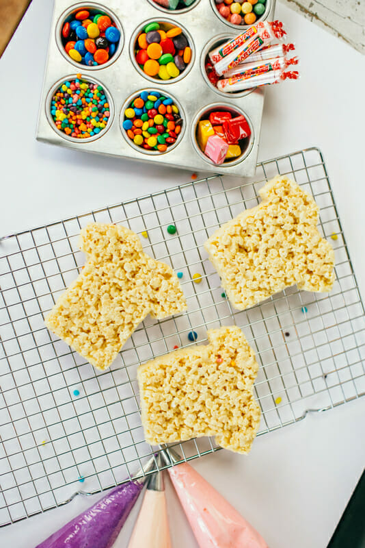 Fun Rice Krispy Treats for Kids | homemade rice krispy treats | kid friendly dessert | dessert recipes for kids | DIY food recipes for kids | DIY rice krispy treat recipes | how to make homemade rice krispy treats | decorating rice krispy treats || JennyCookies.com