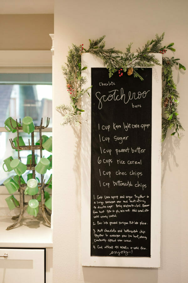 How to Host a Scotcheroo Decorating Party | christmas party ideas | christmas treats | decorating christmas treats | holiday party ideas | holiday treat decorating || JennyCookies.com #holidayparty