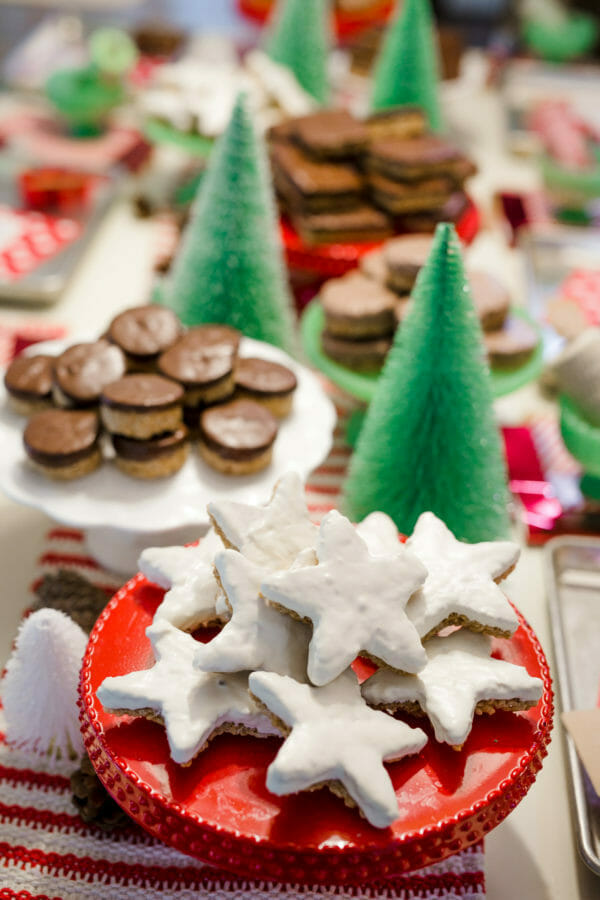 How to Host a Scotcheroo Decorating Party | christmas party ideas | christmas treats | decorating christmas treats | holiday party ideas | holiday treat decorating || JennyCookies.com #holidayparty #scotcheroos #christmascookies #jennycookies