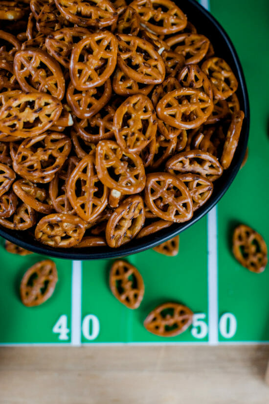 How to Create a Superbowl Dessert Table   super bowl snack ideas   hosting a super bowl party   super bowl themed desserts   super bowl dessert ideas   super bowl themed parties    JennyCookies.com #superbowldesserts #superbowlparty #superbowl
