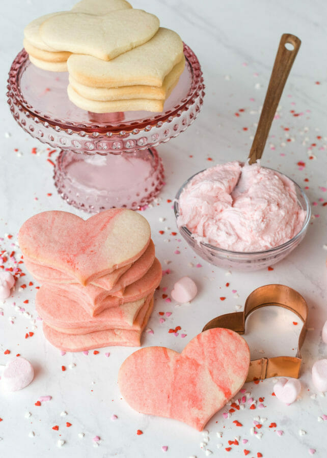 Easy Marbled Sugar Cookies | valentine sugar cookie recipes | valentine cookie recipes | easy valentine desserts | how to decorate valentine cookies || JennyCookies.com and @mccormickspices #marbledcookies #valentinecookies #valentinedesserts
