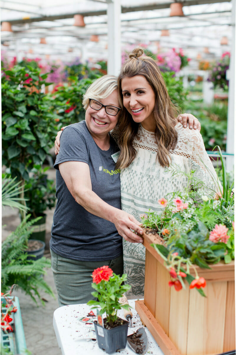 How to Make an Outdoor Floral Container | Jenny Cookies Ladies Lunch || JennyCookies.com #flowers #diyfloral #floralcontainer #floralarrangement #jennycookies