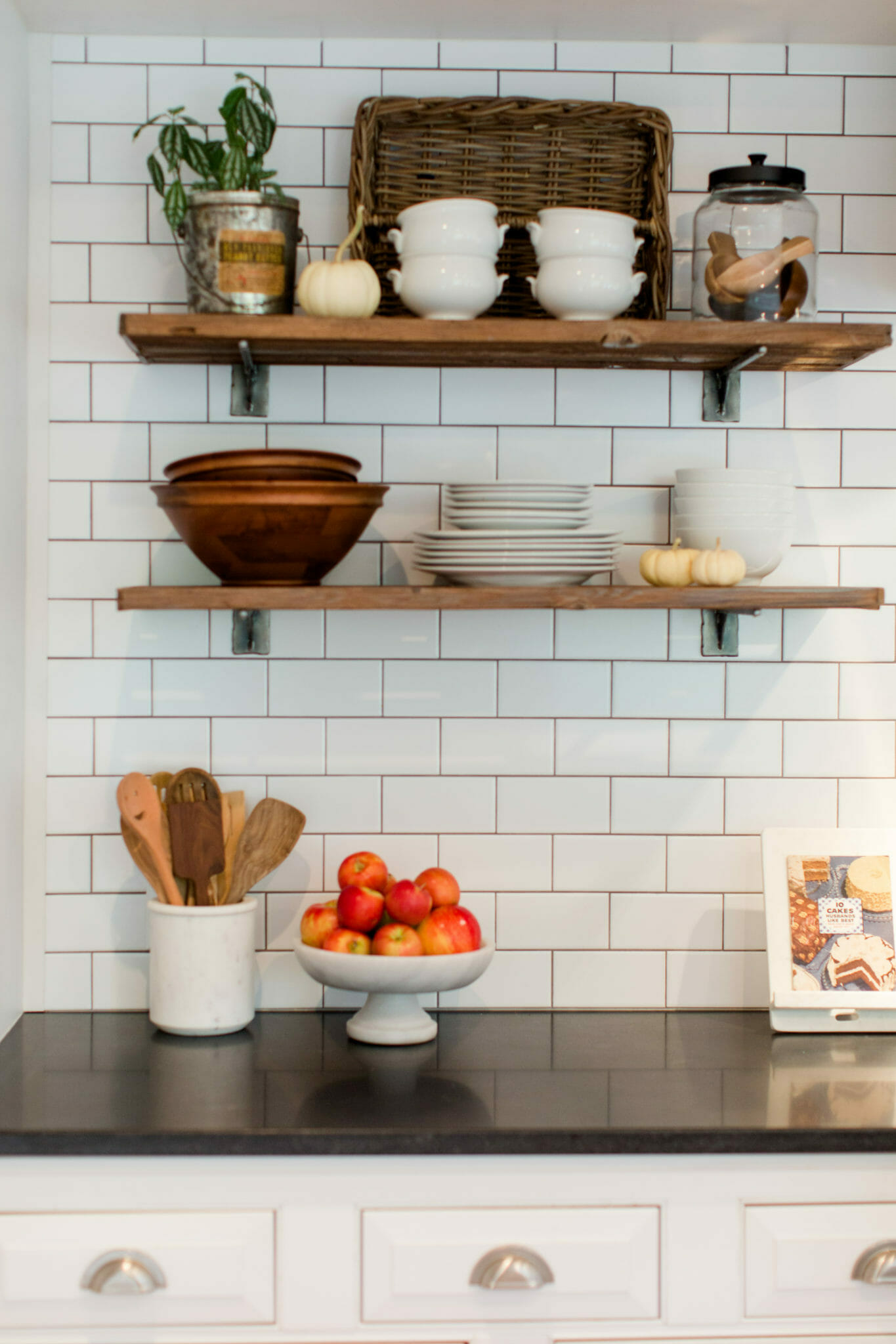 Easy Kitchen Remodel: Simple Changes to Transform the Look of Your Kitchen || JennyCookies.com #kitchen #kitchenremodel #diykitchen #jennycookies